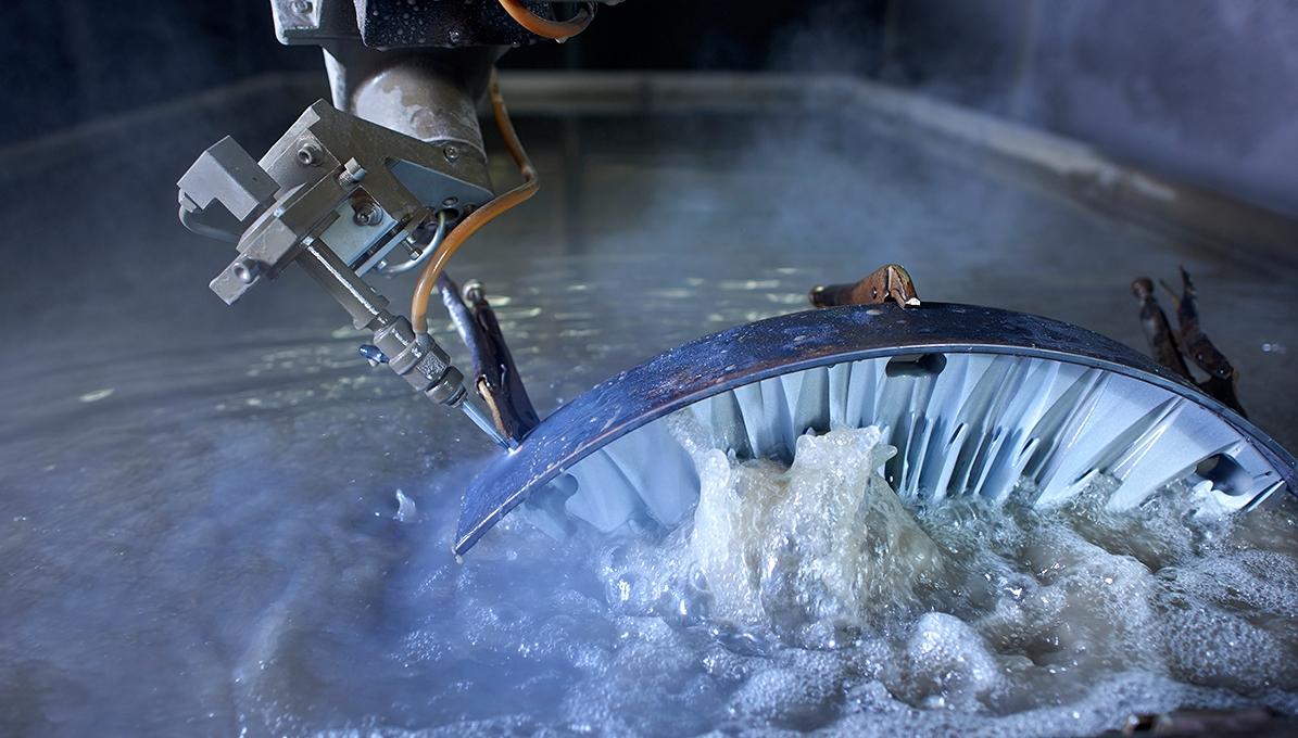 Wasserstrahlschneiden 3D mit einer Schwenkkopfanlage. 3D waterjet cutting with a swivel head system. Découpe par jet d'eau en 3D avec une machine à tête pivotante.